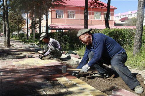 甘河林业局铺设人行道彩砖 高清图片