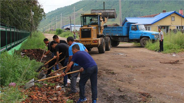 吉文林业局组织百名职工开展秋季环境整治活动