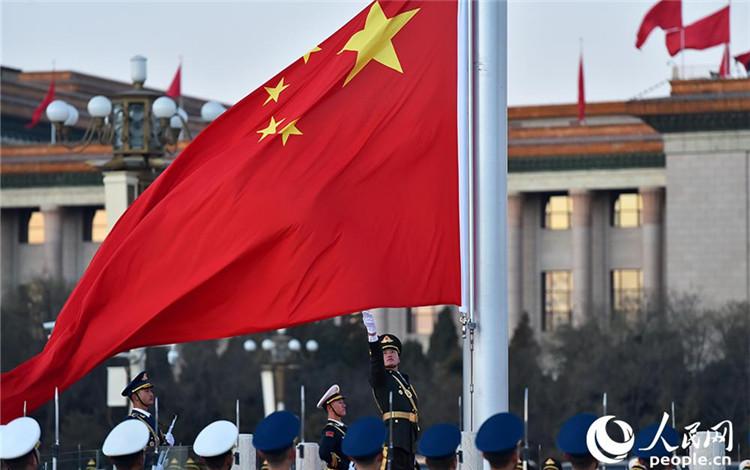 解放军首次执行天安门升旗 现场群众祝福祖国更美更强