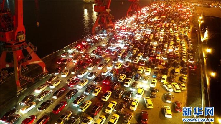 琼州海峡夜间通航条件良好 万余辆汽车等待过海