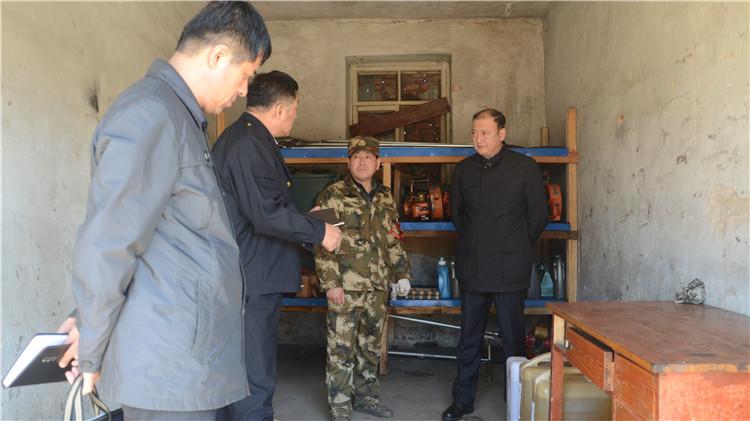 闫宏光在毕拉河 大杨树 吉文 阿里河林业局检查指导森林防火工作