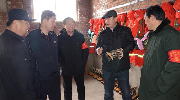 闫宏光在林区东南部检查指导森林防灭火工作
