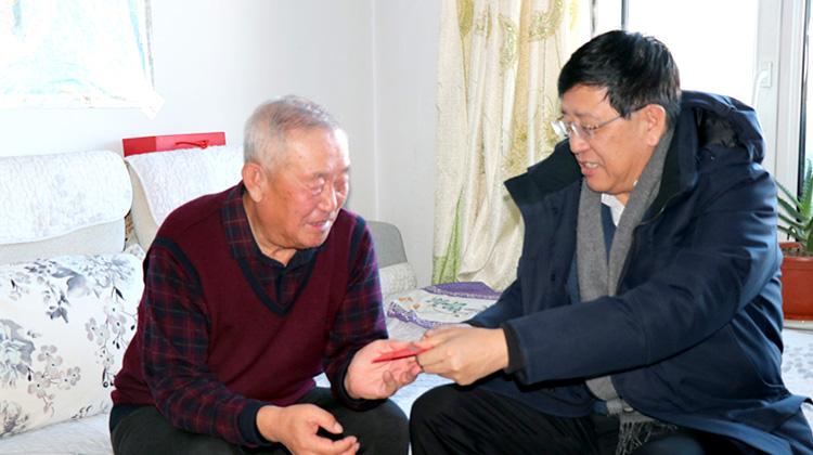 赵宝军到阿龙山林业局走访慰问困难职工