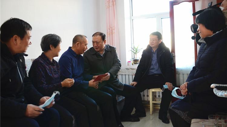 闫宏光参加指导绰尔林业局有限公司党委2020年度党员领导干部民主生活会 走访慰问困难党员困难职工和劳模