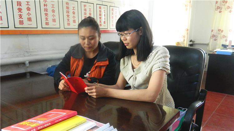 克一河林业局库亚林场组织积极分子学习新《党章》