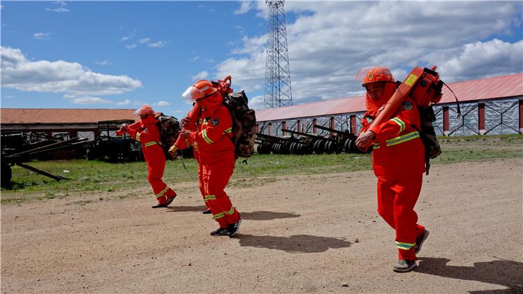 金河林业局森林资源管护二大队举办扑火队员体能拉练赛