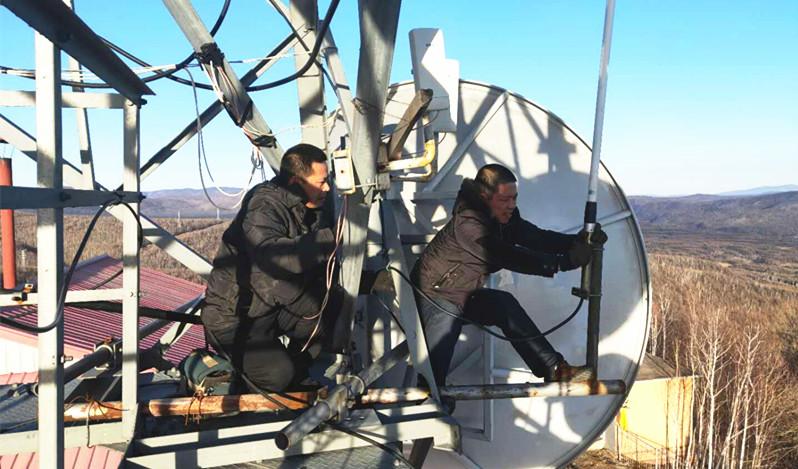 图为克一河林业局电讯管理处技术人员在检修天馈线。(李有安 任建业 摄).jpg