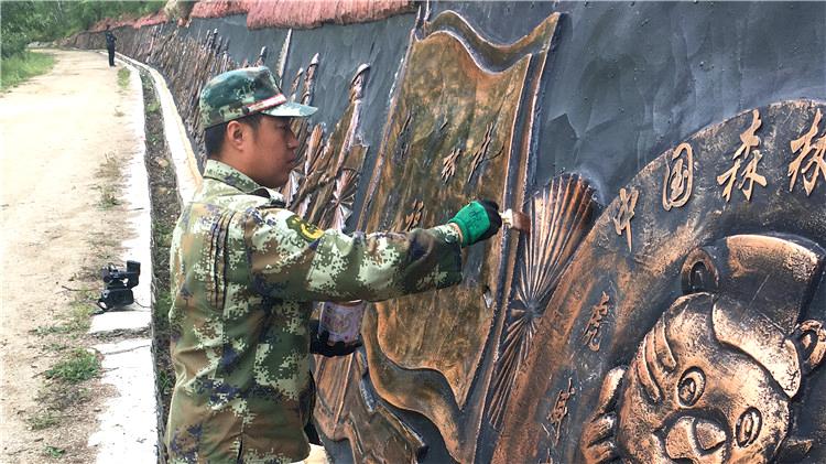 绰尔林业局组织人员维护景区内文化设施