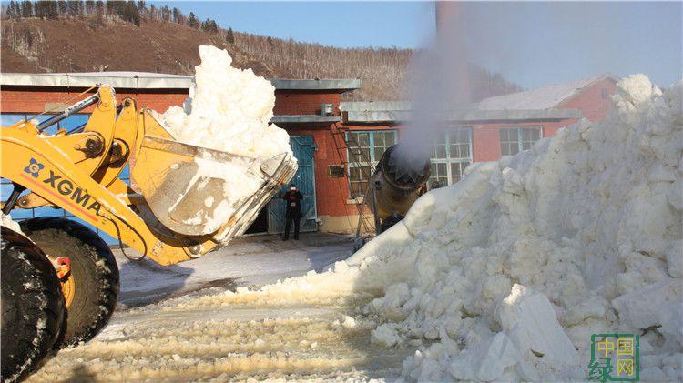 """满归林业局人工造雪为雪雕创作提供材料"""""""