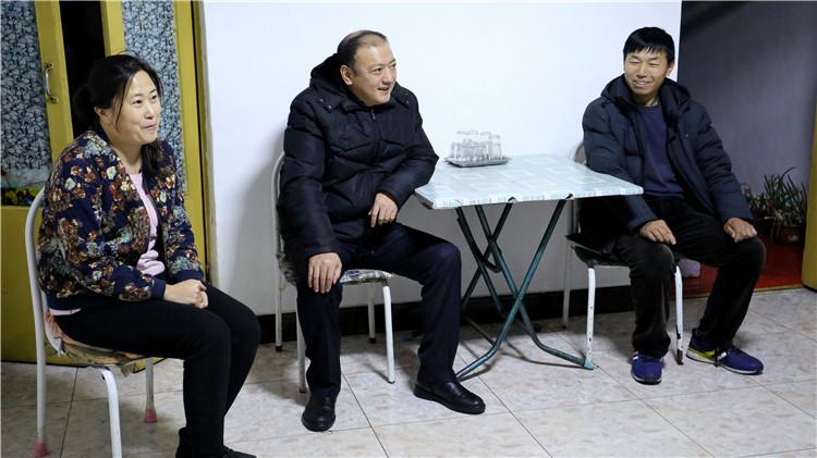 闫宏光到绰尔林业局慰问困难退休职工和困难党员