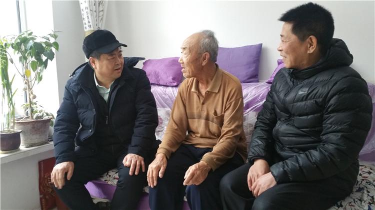 周艳昌节前走访慰问生活困难的退休老同志