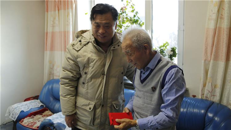 阿龙山林业局党委节前慰问困难职工、老干部