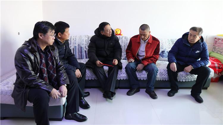 韩锡波到大杨树林业局慰问困难职工