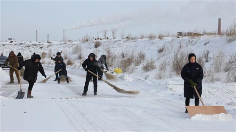 兴安石油公司到油库扫雪