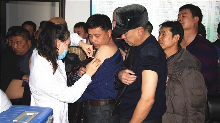 大杨树林业局为职工接种森脑疫苗