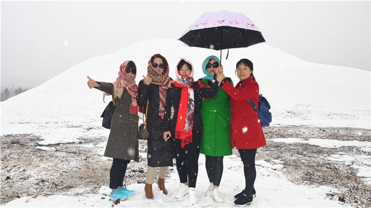 杭州游客在中国冷极村体验别样快乐