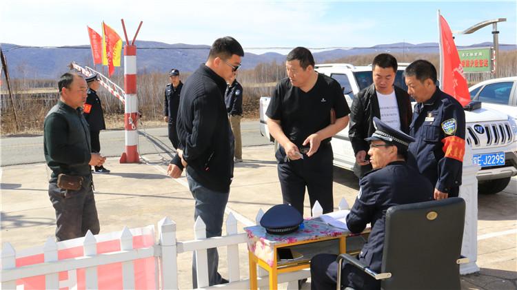 吉文林业局严格检查入山车辆确保防火安全