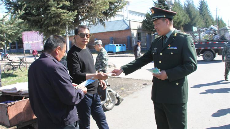 伊图里河林业局武装部走上街头开展征兵宣传活动
