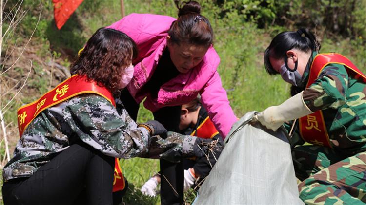 阿龙山林业局开展全国第30个爱国卫生月环境整治活动