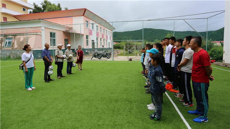 林地联合为塔尔气中、小学捐赠足球