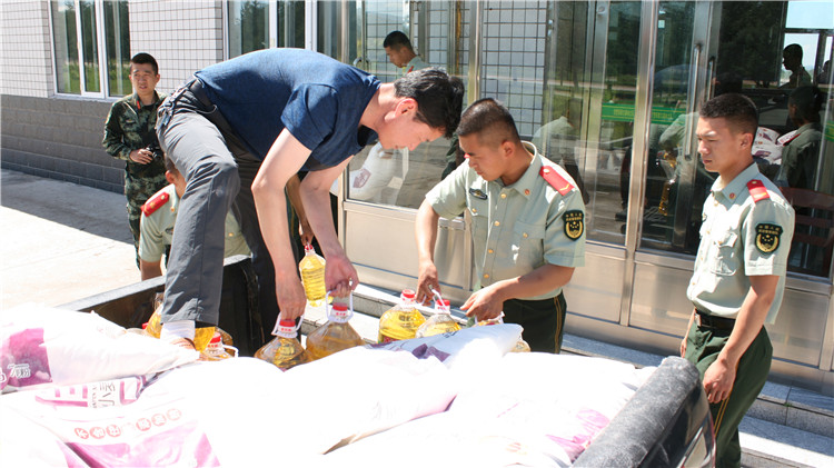库都尔林业局到武警库都尔森林大队看望慰问森警官兵