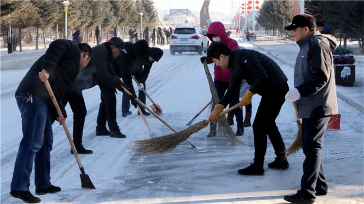 莫尔道嘎林业局文明办组织干部职工清理积雪