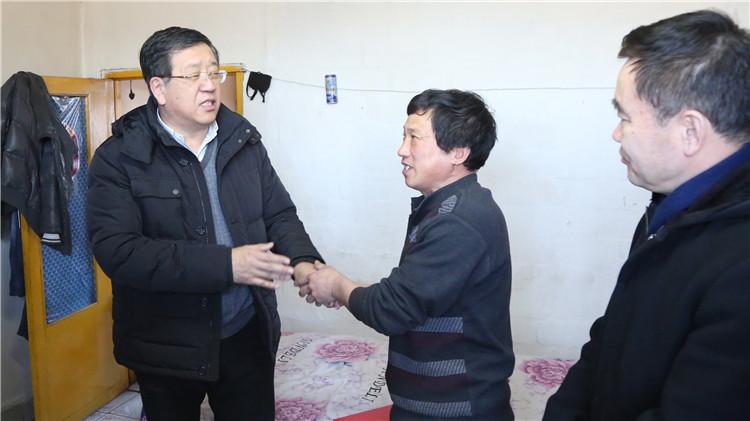 赵宝军一行到甘河、克一河林业局慰问困难职工
