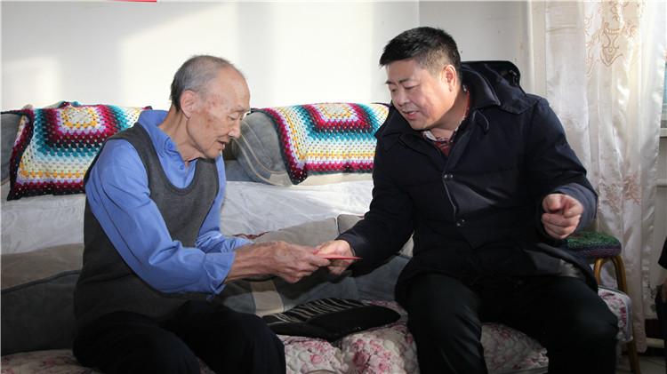 周艳昌一行慰问困难职工