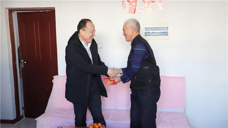 绰源局党政领导慰问困难党员和困难职工 (2).JPG
