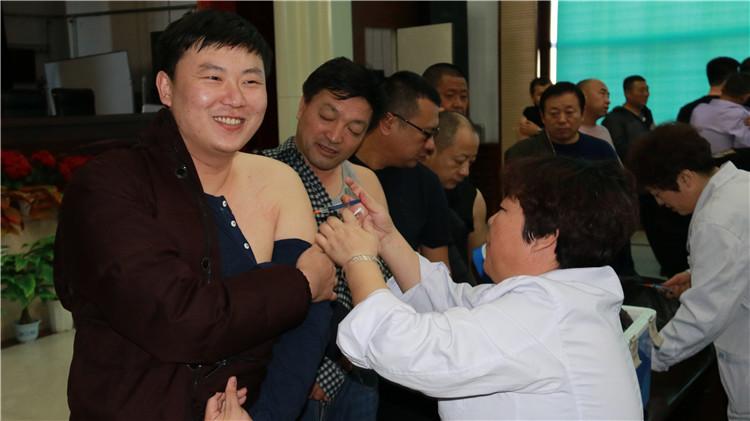 莫尔道嘎林业局免费为职工注射森脑疫苗