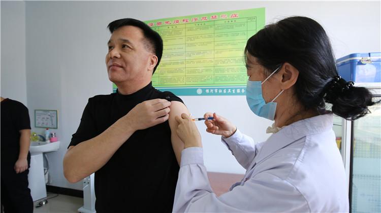 根河地区为职工接种森林脑炎疫苗