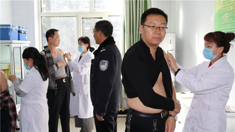 根河森林公安局为民警接种森林脑炎疫苗.JPG