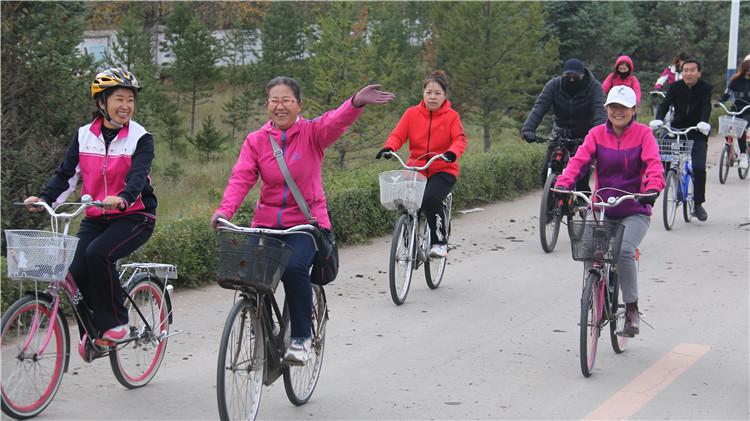 """满归林业局举办""""红豆情 家乡美""""自行车骑行活动"""