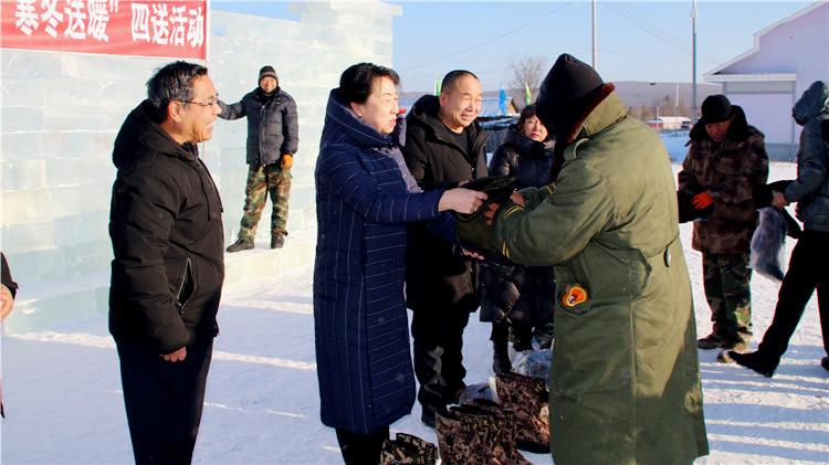 金河林业局有限公司工会开展寒冬送温暖活动