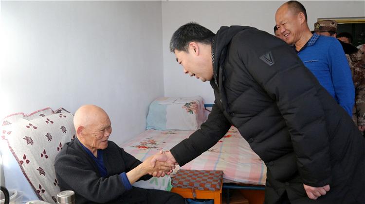 绰尔林业局有限公司节前走访慰问抗美援朝老战士