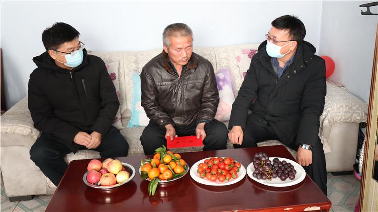 蔡志强一行深入吉文林业局有限公司走访慰问困难职工