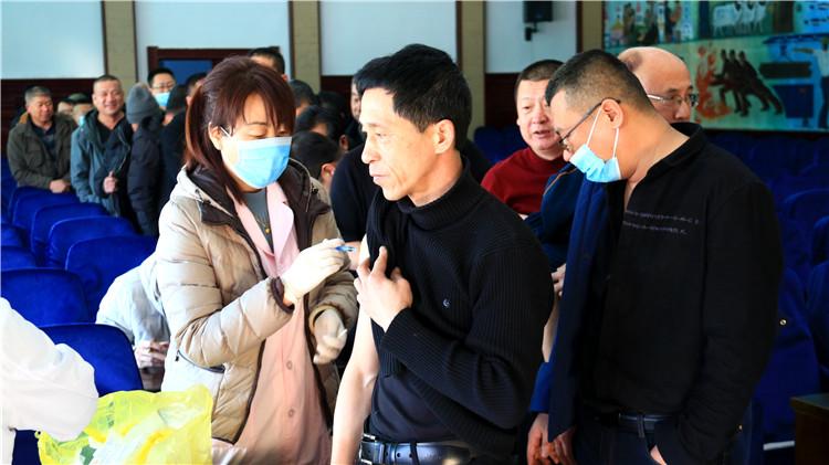 莫尔道嘎林业局有限公司免费为职工注射森脑疫苗