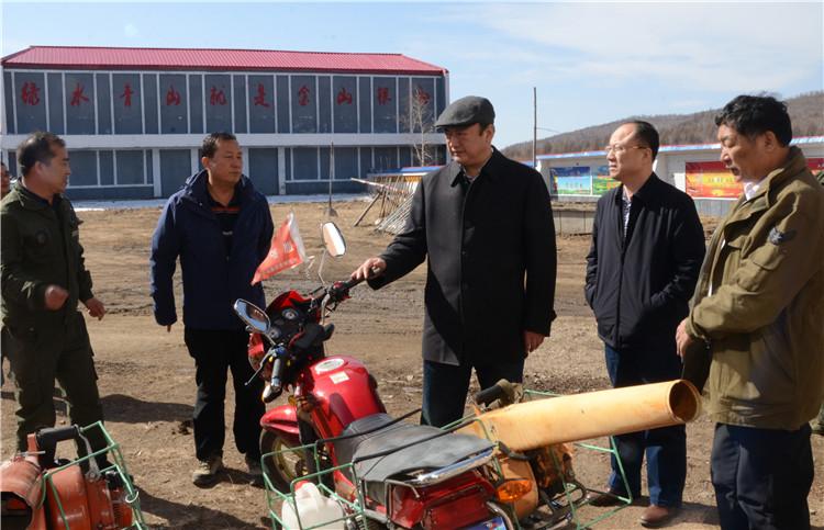 在绰源林业局青岭林场,闫宏光了解基层一线防火工作情况,对严格遵守安全规程做出要求.JPG