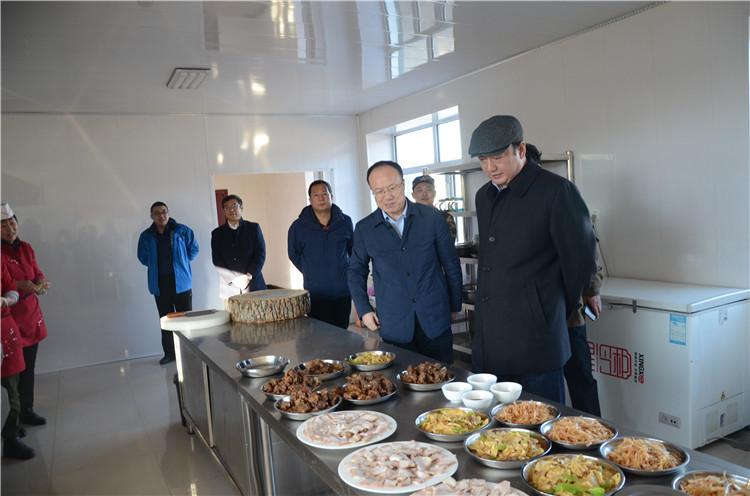 在绰源林业局梨子山林场,闫宏光走进扑火队厨房了解队员们伙食情况,强调要保障好队员们的生活,让大家全身心投入到工作中.JPG