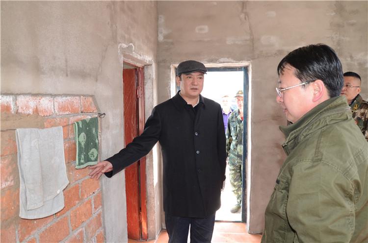 闫宏光十分关心瞭望员的工作生活条件,在绰尔林业局503瞭望塔,现场查看新建塔房情况.JPG