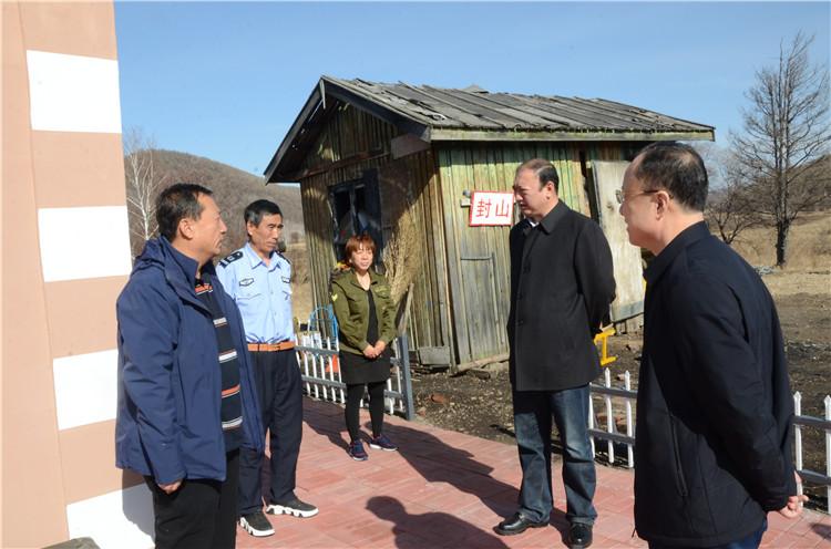 """在绰源林业局三岔线管护站,闫宏光在检查防火工作的同时,还详细了解了""""夫妻管护站""""运行情况.JPG"""