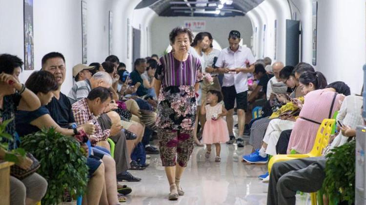 南京酷热难当 市民防空洞内避暑