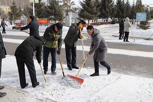 常年义务清理街道积雪.jpg