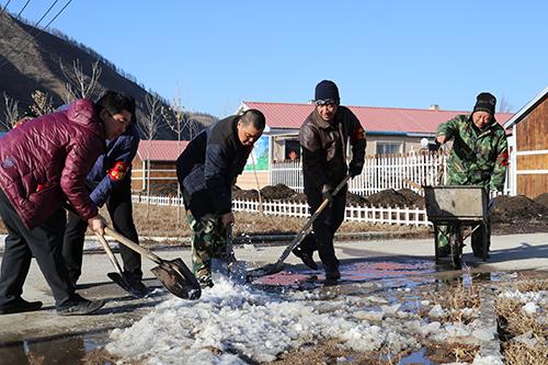 绰尔 古营河林场志愿服务队 清理居民区道路.JPG
