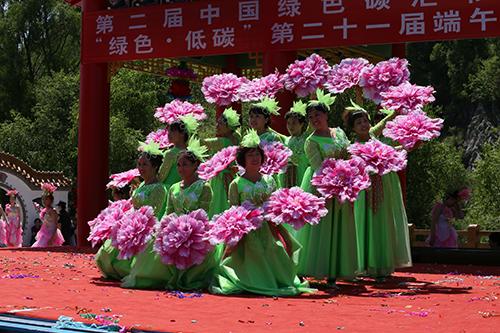 绰尔霍红在第二届中国绿色碳汇节上表演.JPG