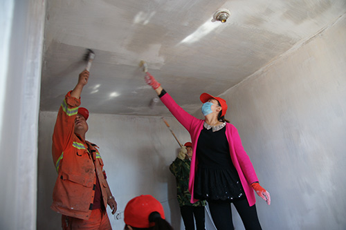 志愿者帮助孤寡老人刷房.JPG